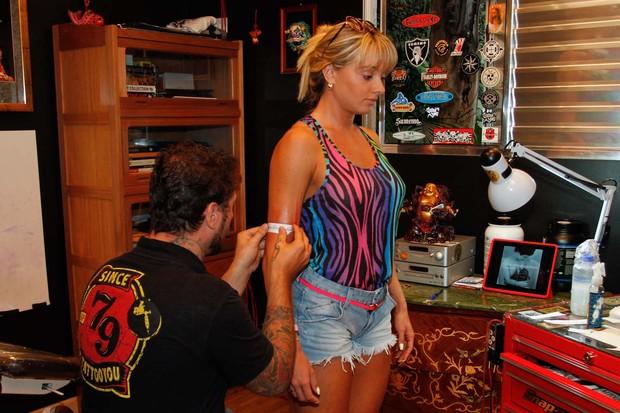 Juju Salimeni fazendo tatuagem (Foto: Thais Aline e Danilo Carvalho / AgNews)