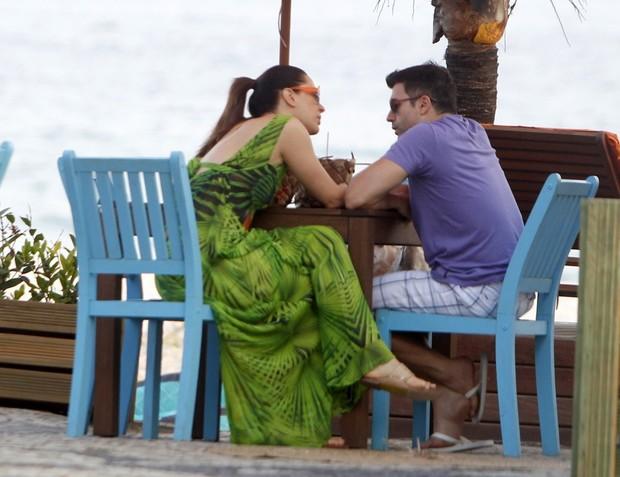 Claudia Raia e o namorado, Jarbas Homem de Mello, em quiosque da praia (Foto: Delson Silva / Ag News)
