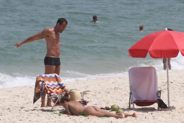 Malvino Salvador e Sophie Charlotte na praia (Foto: Fabio Martins / AgNews)