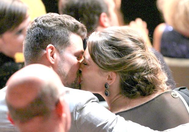 Cauã Reymond e Grazi Massafera se beijam em prêmio de cinema no Rio (Foto: Ag. News)