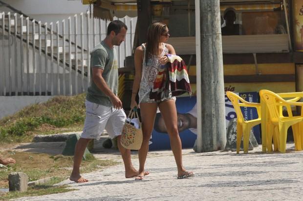 Malvino Salvador e Sophie Charlotte na praia da Barra (Foto: Fabio Martins / AgNews)