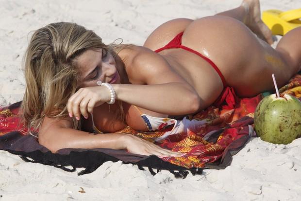 Priscila Freitas, candidata do Miss Bumbum 2012, na praia da Barra (Foto: Marcos Ferreira / Foto Rio News)