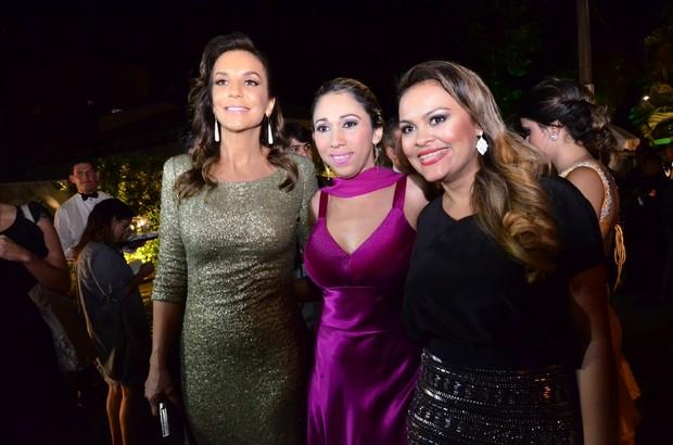 Ivete fotografa com convidados no casamento de Solange e Wagner (Foto: Saulo Brandão / EGO)
