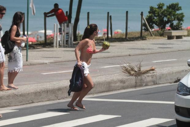 Samara Felipo e Priscila Fantin saindo da praia da Barra (Foto: Fábio Martins/Agnews)