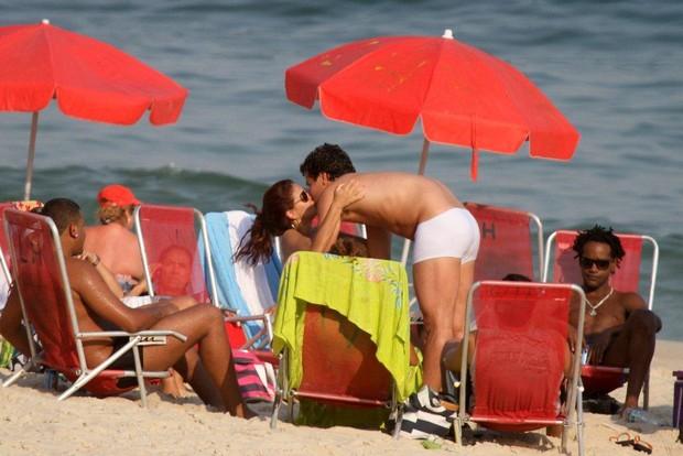 Thiago Martins e Paloma Bernardi na praia do Leblon, no Rio (Foto: André Freitas / AgNews)