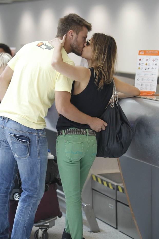 Fernanda Lima e Rodrigo Hilbert embarcam com os filhos gêmeos no aeroporto Santos Dumont, RJ (Foto: Leotty Junior / AgNews)