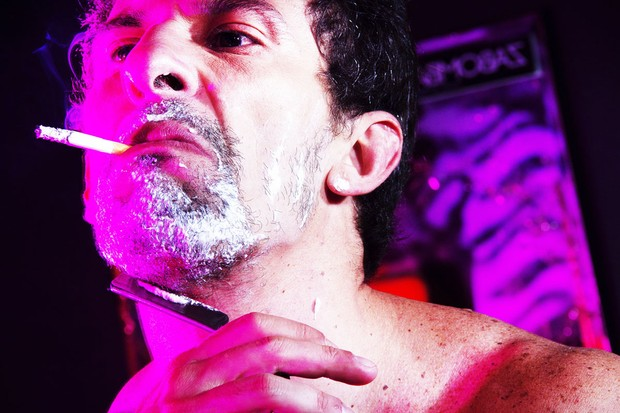 Milhem Cortaz vira travesti para ensaio (Foto: Chico Muniz/Divulgação)