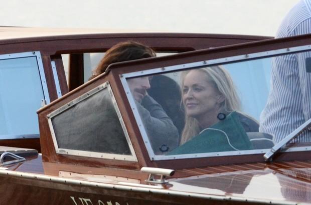 Sharon Stone com o namorado, o modelo argentino Martin Mica, em Veneza, na Itália (Foto: Grosby Group/ Agência)