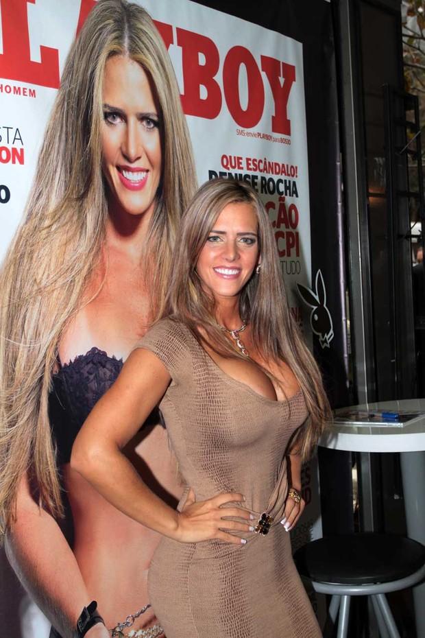 Sessão de autógrafos da polêmica ex-assessora parlamentar Denise Rocha, capa da Revista Playboy, em Banca da Oscar  (Foto: Orlando Oliveira /AgNews)
