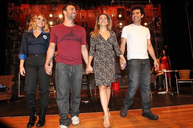Ingrid Guimarães e Marcelo Faria nos aplausos da peça 'Razões para ser bonita' no Teatro Vivo em SP (Foto: Manuela Scarpa/Photo Rio News)