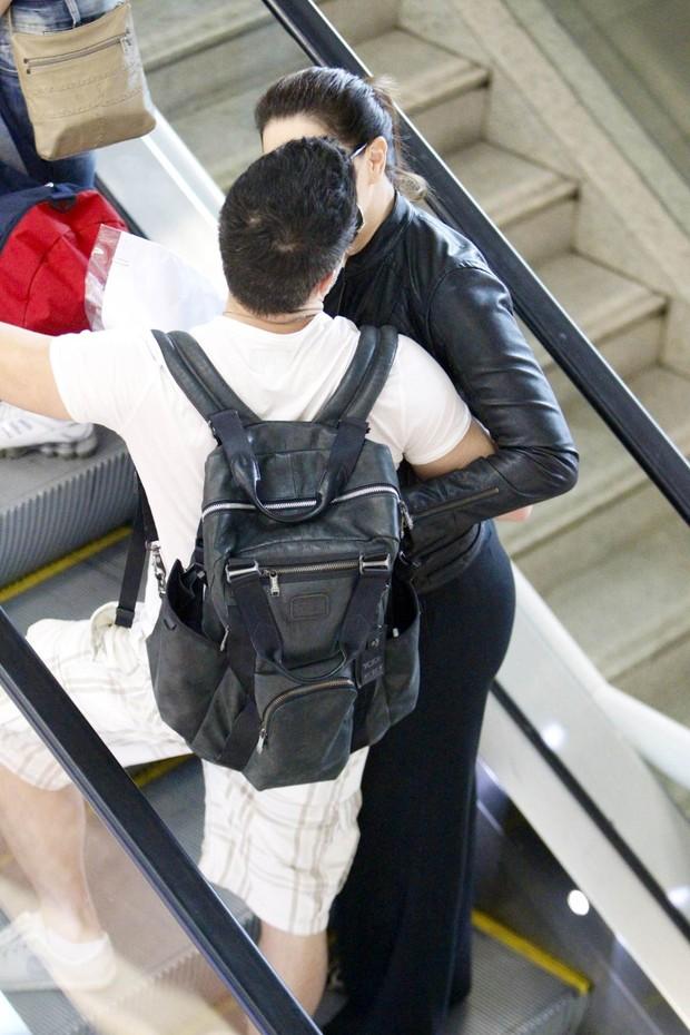Claudia Raia beijando namorado no aeroporto (Foto: Leotty Junior / AgNews)