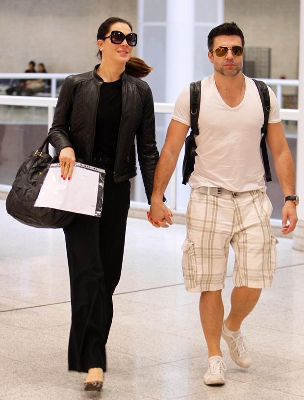 Claudia Raia e namorado em aeroporto no Rio de Janeiro (Foto: Leotty Junior / AgNews)