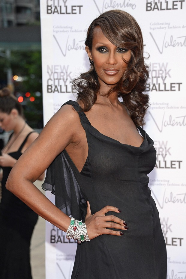 Modelo Iman exibe seio com vestido transparente no New York City Ballet Gala (Foto: Getty Images)