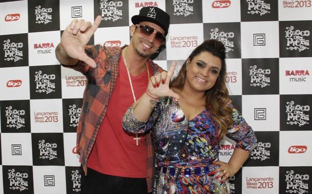 Latino e e Preta Gil em bastidores de show no Rio (Foto: Isac Luz/ EGO)