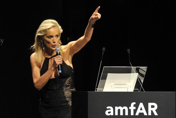 Sharon Stone no jantar da amfAR em Milão (Foto: Reuters/Agência)
