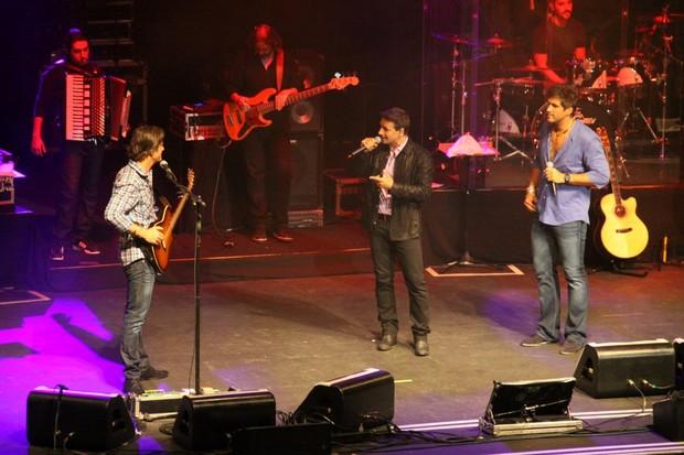 Murilo Rosa canta com Victor e Léo (Foto: Graça Paes/Foto Rio News )