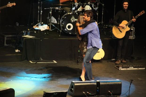 Léo dança com a mulher, Tatiana, no palco (Foto: Graça Paes/Foto Rio News)