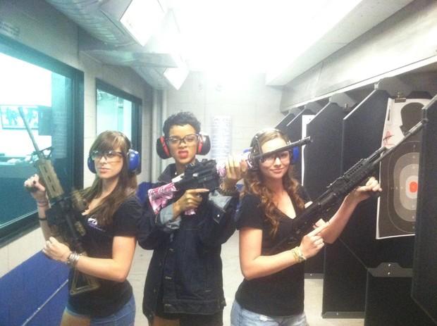 Rihanna e amigas em um clube de tiro em Las Vegas (Foto: Reprodução/Facebook)