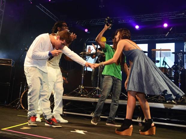 Isis Valverde no palco com o Trio Ternura (Foto: Ari Kaye/Divulgação)