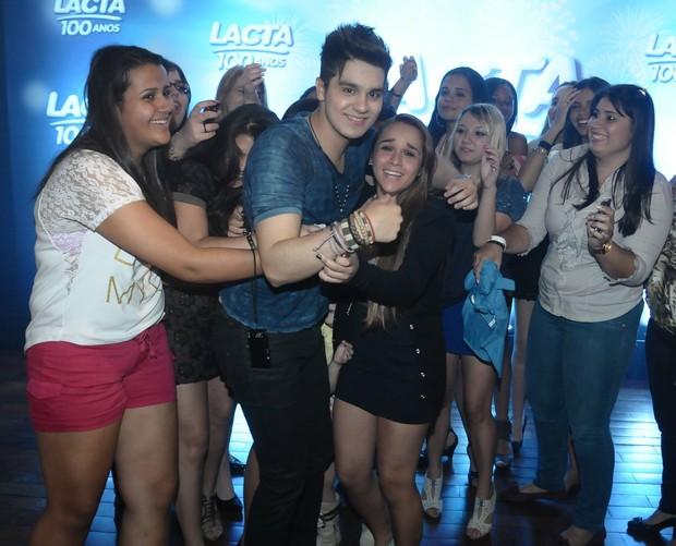 Ele posa com as fãs (Foto: Francisco Cepeda/Agnews)