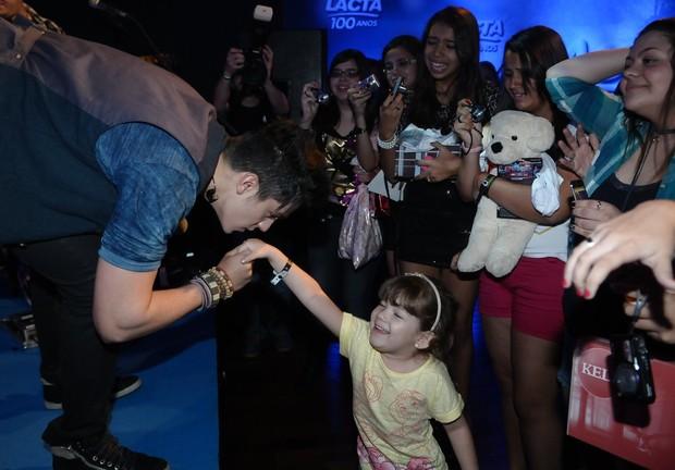 Luan Santana com fãs em pocketshow (Foto: Francisco Cepeda/ Ag. News)