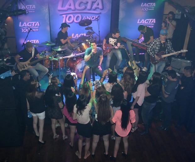 21 fãs se aglomeraram pertinho do palco (Foto: Francisco Cepeda/Agnews)