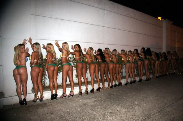 Candidatas do Miss Bumbum 2012 posam juntas (Foto: Paduardo / AgNews)