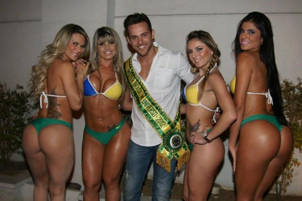 Candidatas do Miss Bumbum 2012 posam com o Thiago Ximenes (Foto: Paduardo / AgNews)
