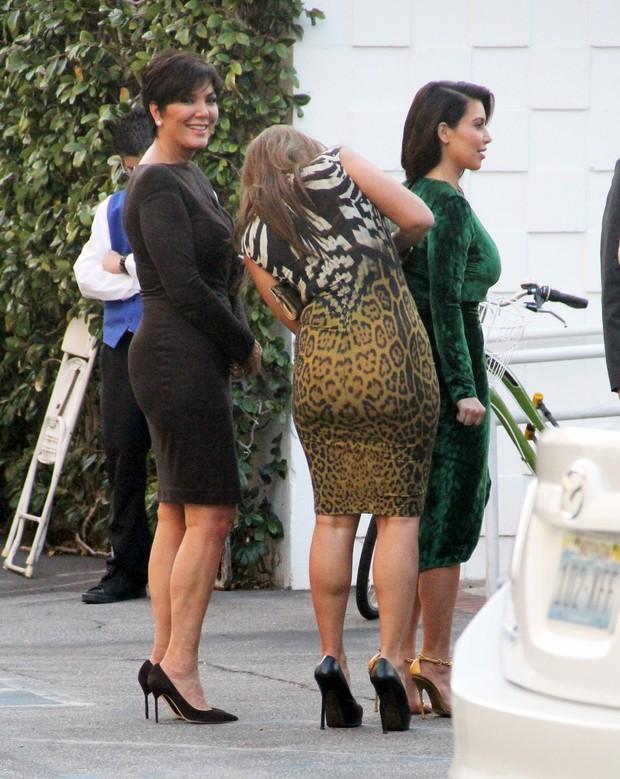 Kim Kardashian com a mãe e uma amiga em evento em Los Angeles, nos EUA (Foto: X17/ Agência)