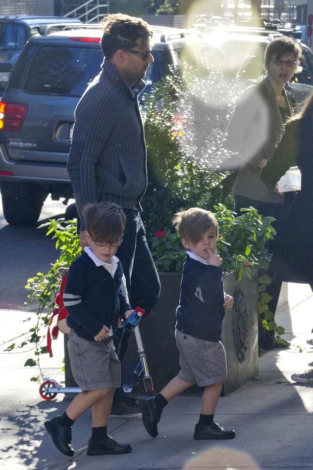 Ricky Martin leva os filhos na escola (Foto: Grosby Group)