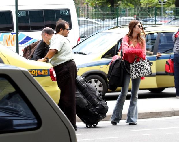 Paulinho Vilhena e Thaila embarcam no aeroporto do Rio (Foto: Foto Rio News)