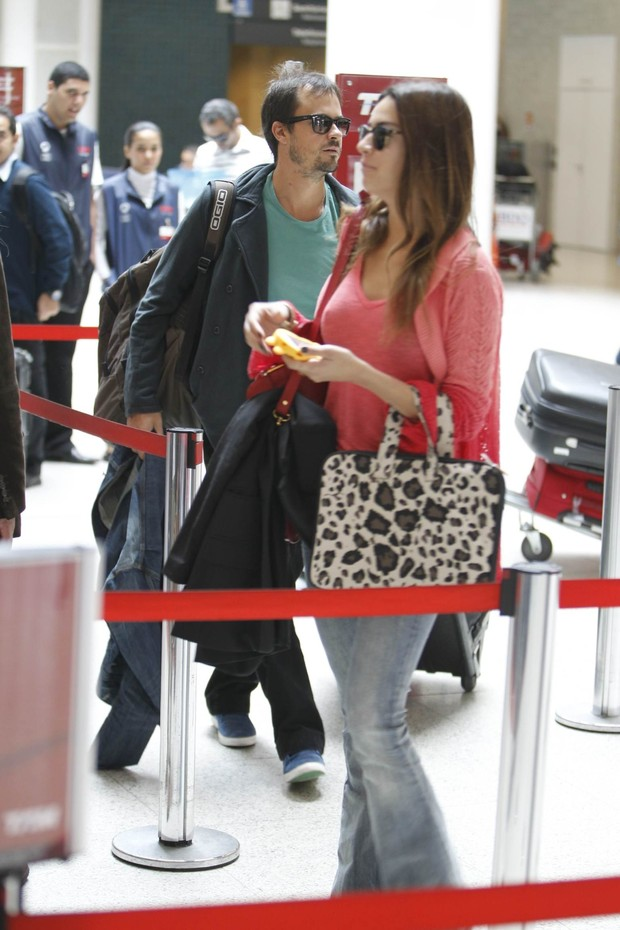 Paulinho Vilhena e Thaila embarcam no aeroporto do Rio (Foto:  Leotty Junior/AgNews)