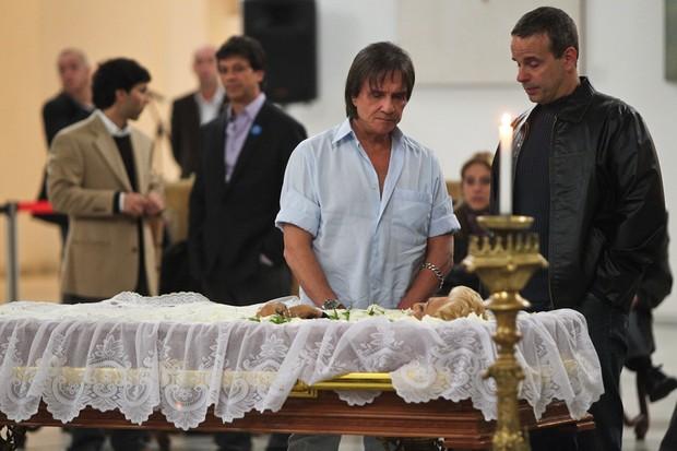 Roberto Carlos e o filho no velório de Hebe Camargo (Foto: Manuela Scarpa/Photo Rio News)