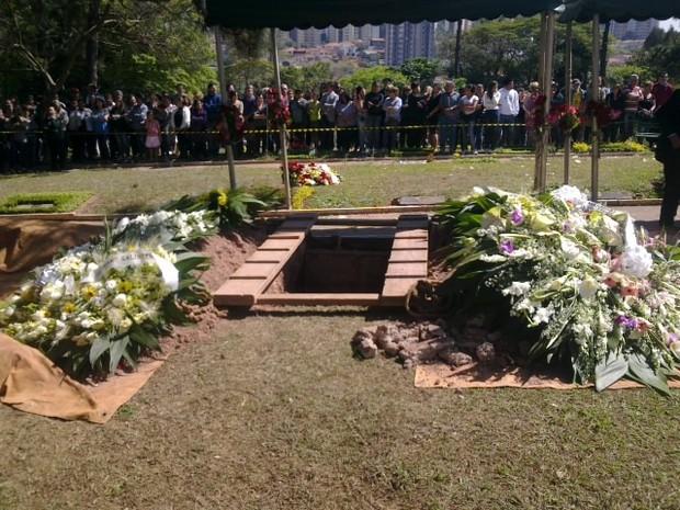 Coroas de flores na cova de Hebe Camargo (Foto: Iwi Onodera/ EGO)