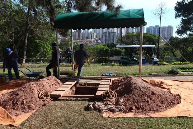 Preparativos para o enterro de Hebe Camargo (Foto: Iwi Onodera/ EGO)