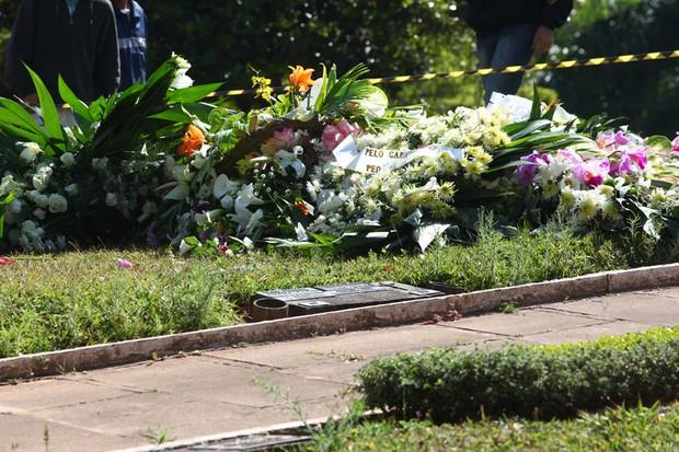 Coroas chegando ao cemitério (Foto: Iwi Onodera/ EGO)