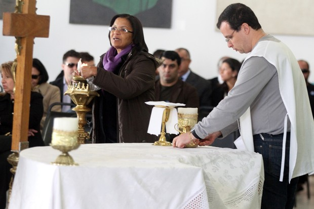 Começam os preparativos para missa de corpo presente de Hebe Camargo (Foto: Rogério Lacanna/EGO)