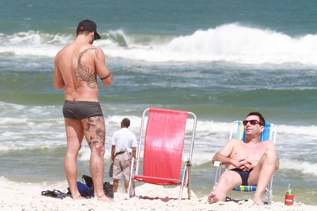 Ex-bbb Yuri curte praia com amigo na Barra da Tijuca, RJ (Foto: Clayton Militão / Foto Rio News)