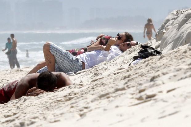 Natalia Dill namora na praia (Foto: Marcos Ferreira / PhotoRioNews)