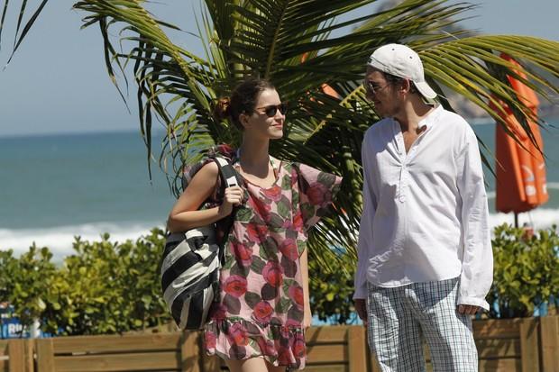 Nathalia Dill namora na praia (Foto: Marcos Ferreira / PhotoRioNews)