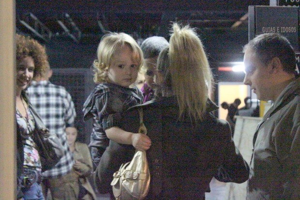 Danielle Winits com o filho Guy ao teatro no Rio (Foto: Fausto Candelária/ Ag. News)