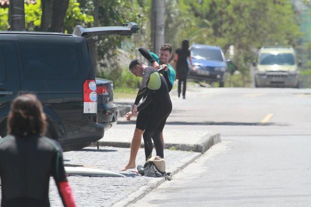 Cauã Reymond com o pai na praia da Macumba (Foto: Dilson Silva / AgNews)