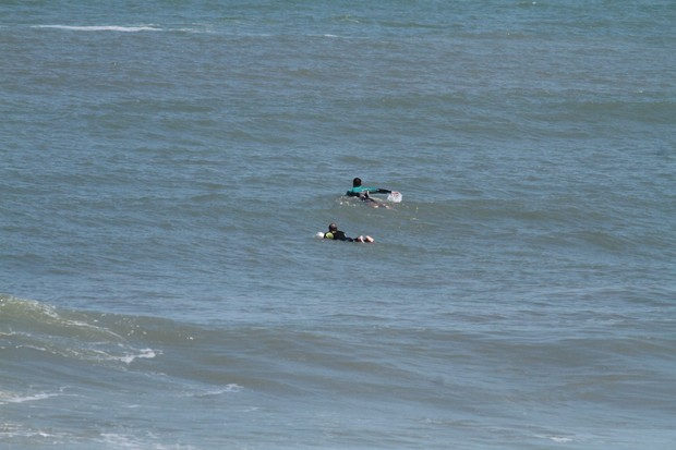 Cauã Reymond e o pai na praia da Macumba (Foto: Dilson Silva / AgNews)