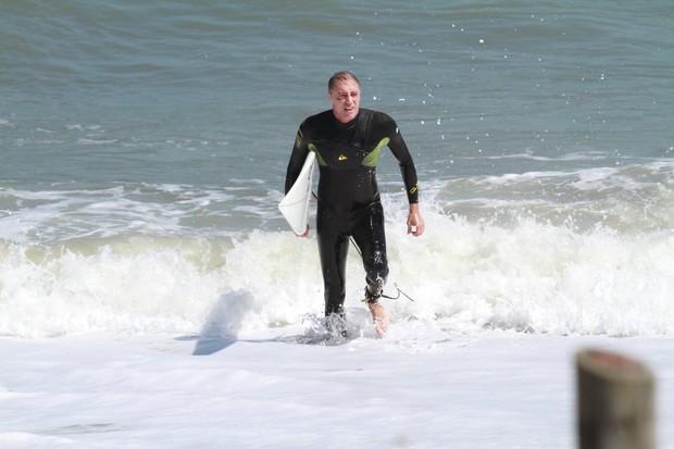 Pai de Cauã Reymond na praia da Macumba (Foto: Dilson Silva / AgNews)