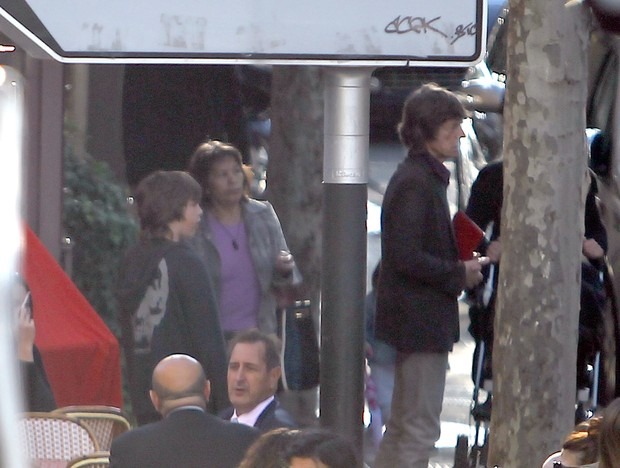 Lucas Jagger, filho de Luciana Gimenez, com o pai, Mick Jagger, em Paris na França (Foto: Grosby Group/ Agência)