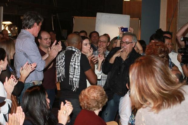 Elenco canta parabéns para Cléo Pires na coletiva de 'Salve Jorge' (Foto: Clayton Militão / Foto Rio News)