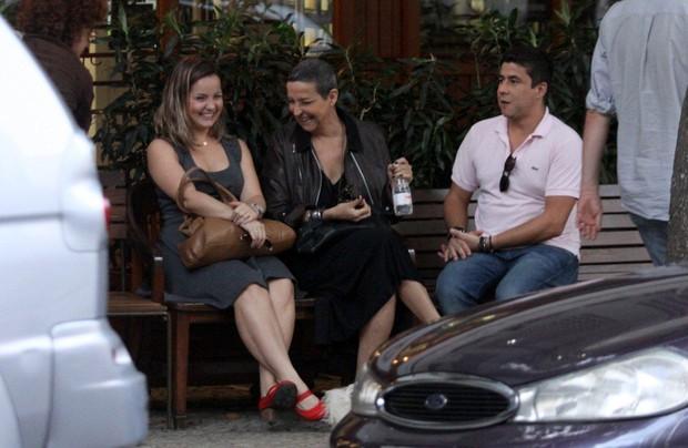 Betty Lago com amigos no Leblon (Foto: J. Humberto / AgNews)
