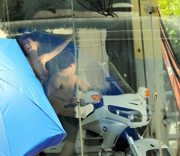 """Alinne Moraes e Danton Mello na gravação da nova minissérie da TV Globo """"Como aproveitar o fim do mundo"""", num posto da gasolina, na Ilha do Governador (Foto: Francisco Silva/AgNews)"""