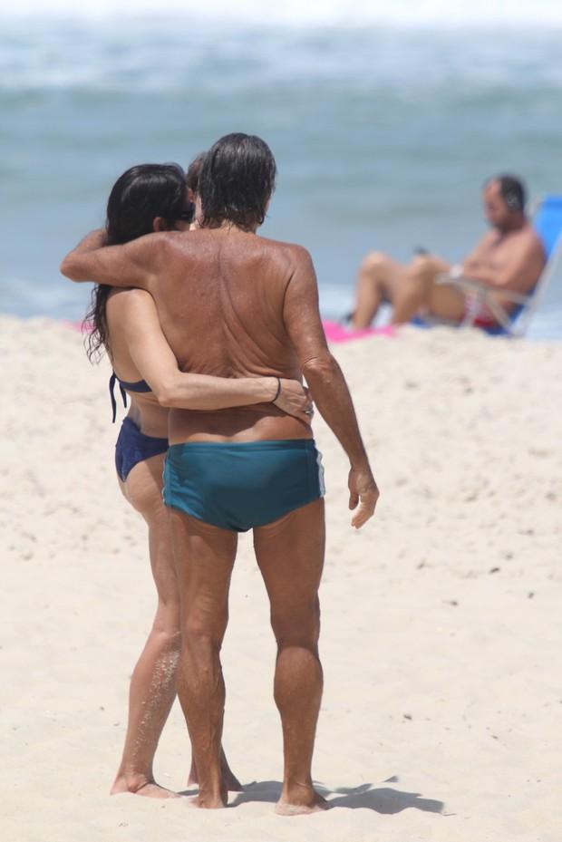 Claudia Mauro e Paulo Cesar Grande com seus filhos na praia do Leblon (Foto: Wallace Barbosa/AgNews)