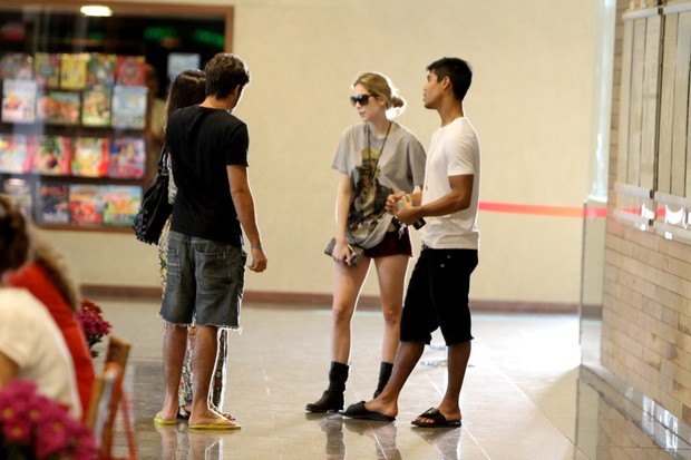 Sophia Abrahão e Mickael Borges no shopping (Foto: Marcello Sá Barreto / Foto Rio News)